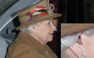 Queen Elisabeth II gespot met hoorapparaat